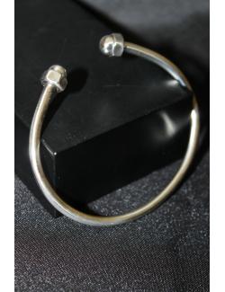 Bracciale rigido in argento con bulloni