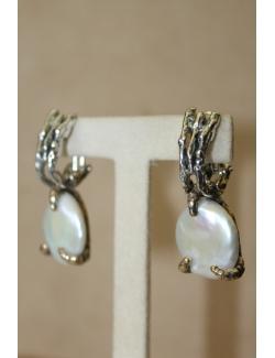 Coppia di orecchini con perla barocca e argento